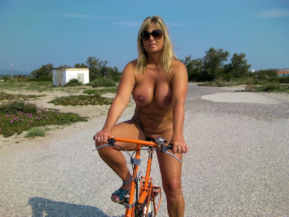 1_nude_bicycle-tour_420