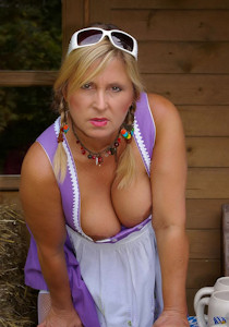 1_nudist_octoberfest_02