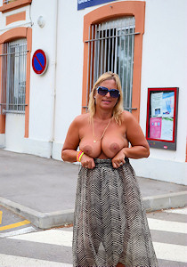 nude_on_railway-station_01
