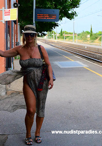nude_on_railway-station_03