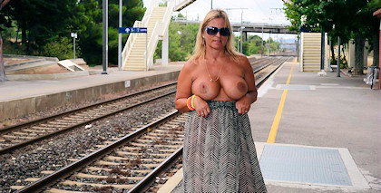 nude_on_railway-station_420
