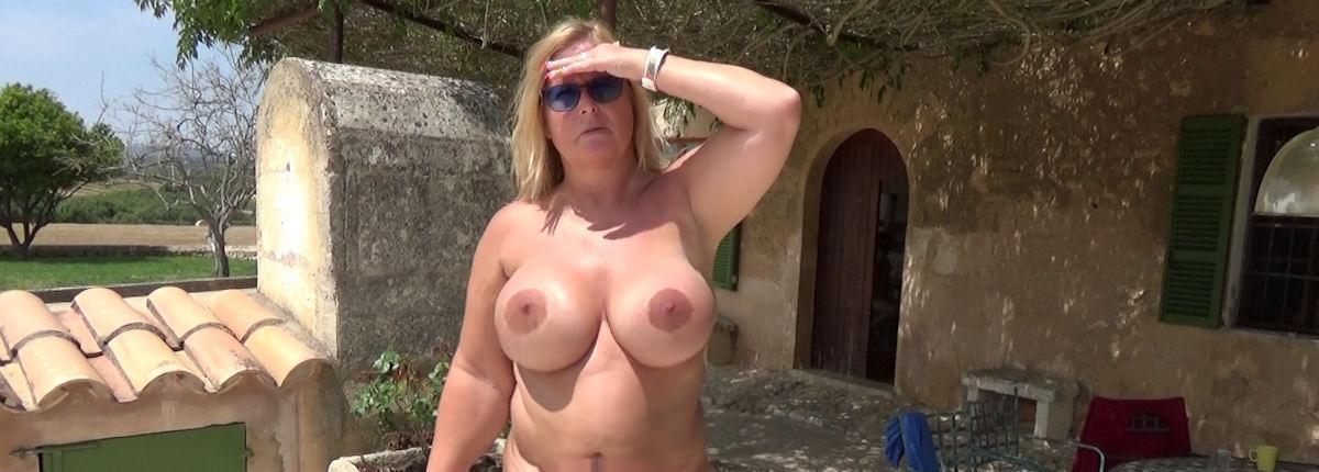 nudist-finca posing
