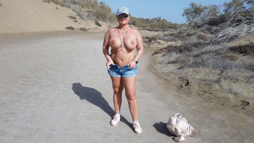 turn off my shorts to walk with naked pussy